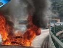 Xe Ferrari FF cháy dữ dội trên phố